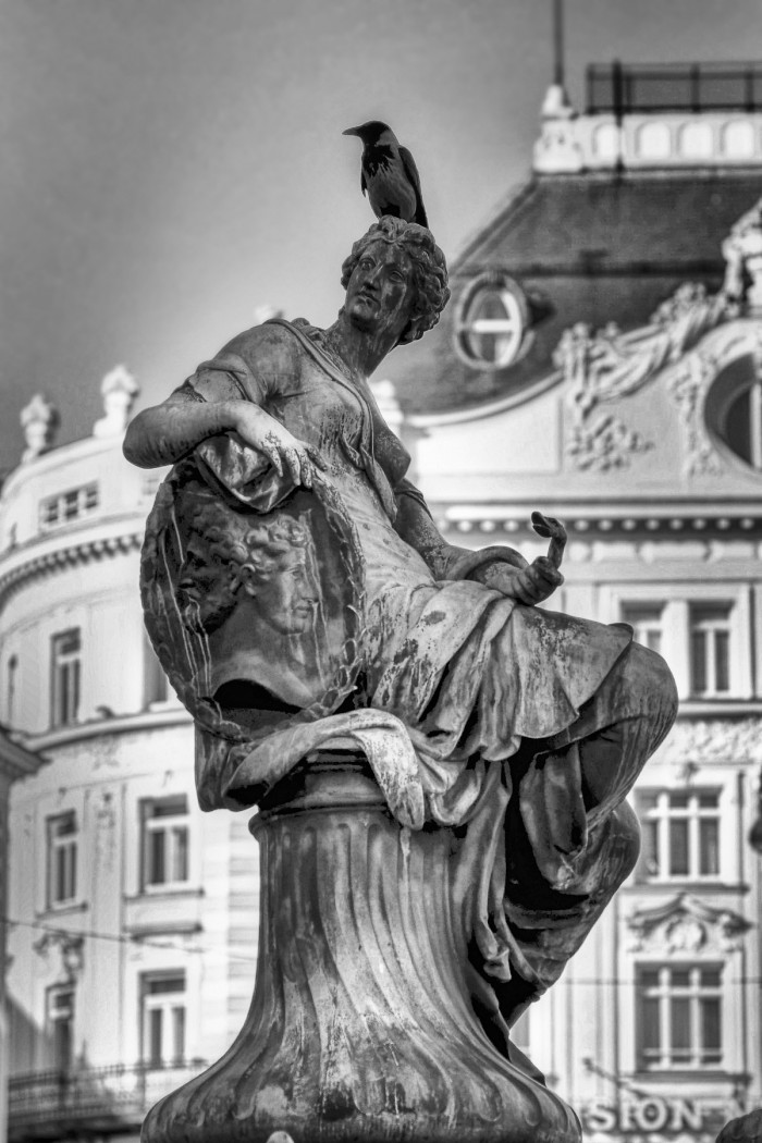 Statue mit Vogel
